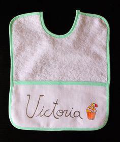 """Babero """"Cupcake"""".  Y encuentra más productos de Lolitaluna a juego: http://lolitalunakids.files.wordpress.com/2014/03/lolitaluna-bolsa-de-merienda-cup-cake-22x24.jpg"""