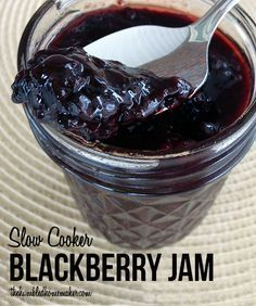 Here is a recipe for making simple, delicious blackberry jam in the crock pot or slow cooker. Use fresh blackberries or any in-season berry for this recipe. Jelly Recipes, Jam Recipes, Canning Recipes, Real Food Recipes, Yummy Food, Canning 101, Crock Pot Slow Cooker, Crock Pot Cooking, Slow Cooker Recipes