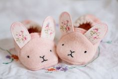 Best 12 Adorable animal shoes for super sweet feet! These sweet baby shoes/slippers stay on well, even on active little feet, and with 7 different animals to choose from you can make a different pair for each day of the week! A lovely baby shower gift and Baby Shoes Pattern, Shoe Pattern, Baby Shoes Tutorial, Baby Kostüm, Easy Baby Blanket, Baby Blankets, Scrap Busters, Diy Bebe, Sewing Projects For Kids