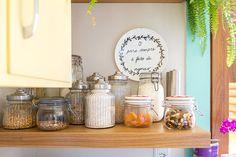 Detalhes da decoração de cozinha alegre, decoração contemporânea com detalhes coloridos.