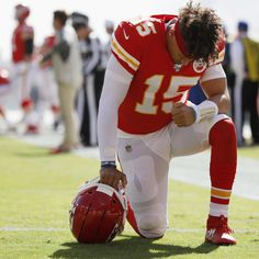 Kansas Church Holds Prayer Service for Chiefs' Patrick Mahomes' Ankle Injury Football Mask, Nfl Football Teams, Football Outfits, Super Bowl Party, Kansas City Chiefs Football, Nfl Chiefs, Tight End, Green Bay Packers, American Football