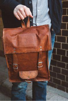 """Quadratisch, praktisch, gut! Dieser Spruch passt nicht nur auf Schokolade, sondern auch auf """"Joe"""". Der Rucksack aus hochwertig verarbeitetem, weichem Ziegenleder überzeugt in der Freizeit, im Job und in der Uni. Die Verbindung aus Eleganz und klassischem Vintage ermöglicht """"Joe"""", nahezu überall getragen zu werden. Gusti leder - Rucksack Lederrucksack Vintage"""