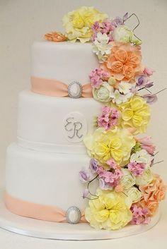 Hochzeitstorte/Geburtstagstorte mit üppiger Dekoration aus handmodellierten Zuckerblumen