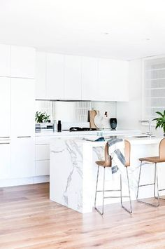 matt white kitchen helps to create a seamless look. its off set by a luxe mirror splashback and carrara marble benchtop. Kitchen Interior, New Kitchen, Kitchen Dining, Kitchen Decor, Island Kitchen, Kitchen Countertops, Kitchen Backsplash, Dining Room, Cuisines Design
