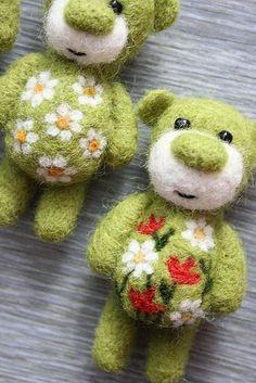 Cute little needle felted bears!Cute little needle felted bears! Fuzzy Felt, Wool Felt, Felted Wool, Felted Scarf, Needle Felted Animals, Felt Animals, Needle Felting Tutorials, Wet Felting, Felt Ornaments