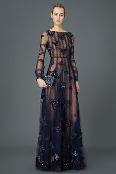 The complete Valentino Pre-Fall 2015 fashion show now on Vogue Runway. Style Haute Couture, Couture Fashion, Runway Fashion, Look Fashion, Fashion Show, Fashion Design, High Fashion, Fashion Brand, Spring Fashion