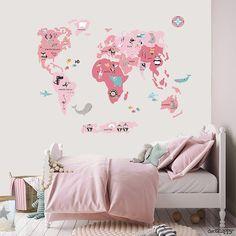 Vinilo infantil Mapamundi animal rosa con todos los continentes y los animales más representativos de cada país en tonos neutros.