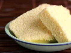 La torta dolce al vapore è davvero un classico della cucina cinese, da riscoprire a casa preparandola in pochi passaggi semplice e veloci. Si tratta di una torta molto leggera da assaporare e condividere in ogni occasione, da sola o accompagnata da frutta e marmellata.