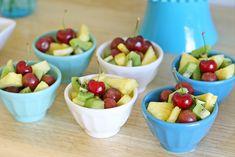 Ofrece una selección de fruta fresa en pequeños bols / Offer a selection of fresh fruit in small bowls