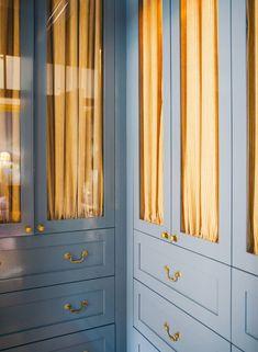A Stunning Sorrento Beach House by Anna Spiro - Katie Considers Blue Built-In Closet Anna Spiro Design Australia Salisbury, Sorrento Beach, Anna Spiro, Blue Velvet Chairs, Design Textile, Turbulence Deco, Australian Interior Design, Build A Closet, Style Minimaliste