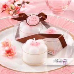 #20139NA-47 Dos velas en forma de flores de cerezo, con blanco en la base y cerezos en flor de color rosa en el centro, 2.54 x 3.87cm aprox. Incluye caja de regalo de 2.54x7.62 cm clara pantalla, marrón chocolate cinta de raso.
