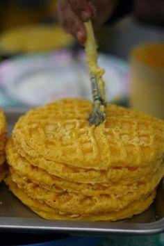 Pinoy Hotcake Recipe: How to Make Filipino Style Pancake Pinoy Food Filipino Dishes, Filipino Desserts, Filipino Recipes, Soft Pandesal Recipe, Bibingka Recipe, Pinoy Street Food, Filipino Street Food, Filipino Hot Cake Recipe