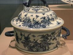 Meissen tureen and cover, ca 1722-24
