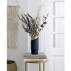 Un beau vase original et moderne créé par Blomingville. Ce vase bleu et or mettra en valeur tous types de fleurs et plantes. Sa forme simple et épurée combinée au doré du métal en font un véritable objet déco.