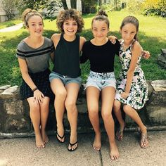It was great to see you all again! It's been way too long. #family Camren Bicondova, Young Actresses, Actors & Actresses, Gotham Girls, Hairstyles Over 50, Catwoman, Curly Hair Styles, Daughter, One Piece