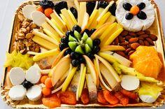 Platou cu branzeturi si fructe