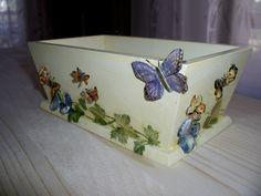 Vassoio alto con decoro farfalle in decoupage e pasta modellabile