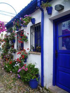Casa-patio Backyard Retreat, Backyard Landscaping, Santorini House, Greek Islands Vacation, Mobile Home Exteriors, Beautiful Flowers, Beautiful Places, Greek Decor, Porch Windows