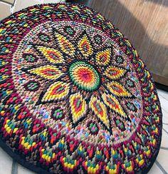 Натолкнулась на совершенные замечательные коврики из уголков, сделанные Аллой Снеговской. Какие они яркие и теплые, прекрасно украшают дом: можно делать коврики, покрывала и даже использовать элемен…