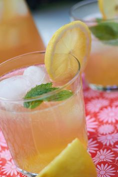 This refreshing and sweet homemade peach green tea lemonade is made with real peaches and freshly squeezed lemon juice. The perfect fruity drink! Refreshing Summer Drinks, Fruity Drinks, Non Alcoholic Drinks, Summer Cocktails, Wine Cocktails, Summer Parties, Healthy Drinks, Grapefruit Cocktail, Grapefruit Juice