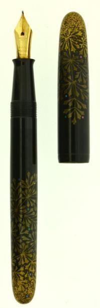 DUNHILL/NAMIKI Fougères, stylo plume série limitée sortie en 1996 à 200 exemplaires (n° 125), plume or 18 carats moyenne. Sur une base de Yukari. Maki-e avec un décor de pied de fougères et incrustation… - Artcurial - 06/12/2014
