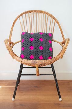 Grey granny square cushion with neon pink por PieceOfaCookie Diy Tricot Crochet, Plaid Crochet, Crochet Home, Love Crochet, Crochet Granny, Crochet Cushions, Crochet Pillow, Neon Rose, Square Patterns