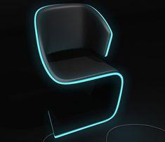 """Esta é Lamed Chair (nome retirado pela semelhança da letra hebraica """"Lamedh""""), realizada pelo designer Rodolphe Pauloin, é uma cadeira elegante com linhas limpas e fluídas. Reforçando a tendência de mistura entre móveis e iluminação, a Lamed mostra aspectos pop e futurista com suas bordas de eletroluminescência, claramente baseada no filme """"Tron""""."""