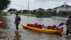 Pizza Hut delivers pizzas by kayak to Harvey flood victims http://www.fox4news.com/news/texas/277580183-story