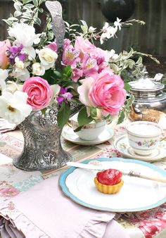 Monday Morning Garden Blooms + Mother of Pearl Rose – Home is Where the Boat Is Love French, French Country Style, French Chic, Lady Banks Rose, Mother Of Pearl Rose, Vintage Enamelware, Rose Arrangements, My Flower, Flower Vases