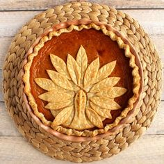 Boring old pumpkin pie just got an upgrade with this fun and easy to recreate turkey pie crust.