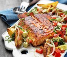 En otroligt god variant på lax får du om du gnider in fisken med kryddor innan den halstras i stekpannan, för att sedan avslutas i ugnen. Resultatet blir saftigt och kryddigt! Den smakrika salladen med bland annat avokado, silverlök och basilika är ett utmärkt tillbehör i denna måltid. I Love Food, Good Food, Vegan Meal Prep, Vegan Thanksgiving, Vegan Kitchen, Fish And Seafood, Salmon Recipes, Healthy Dinner Recipes, The Best