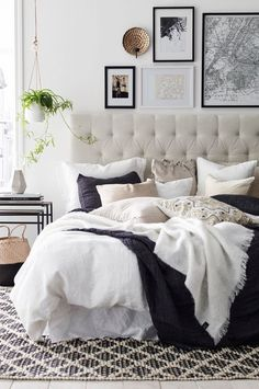 L'accumulation des coussins et la tête de lit en tissu donnent à  cette chambre sont côté cosy et douillé. J'adore!