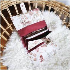 Créations artisanales 🇨🇵 sur Instagram: 🌸 Projet perso ! Un portefeuille complet avec beaucoup de petites poches pour cartes, un porte monnaie fermé avec un zip, une pochette pour…