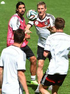 Dois dos principais nomes do elenco da Alemanha, Schweinsteiger e Khedira treinam pela primeira vez com o elenco após lesões. http://esportes.terra.com.br/futebol/copa-2014/schweinsteiger-e-khedira-voltam-aos-treinos-na-selecao-alema,b76b7e1184346410VgnCLD200000b0bf46d0RCRD.html