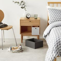 Table de chevet scandinave : Quel modèle choisir? Bedside Table Makeover, Floating Nightstand, Home Buying, Wood Crafts, Bedroom, Grey, Buy House, Furniture, Home Decor