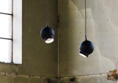 Ogle  Design: Form Us With Love.  Beskrivning: Pendelarmatur bestyckad med LED.  Material: Formsprutad skärm i polykarbonat.  Standardfärg: Svart- alt. vitlackerad med softlack.