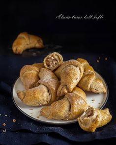 Puha kelt kiskiflik, almás-túrós töltelékkel 🥐🥐🥐...simán megennék most belőlük néhány darabot 🤤, de sajnos csak a fotó van, meg a recept a blogon 📝 . #kifli #kiskifli #kelttészta #mutimitsütsz #mik_gasztro #gasztro #breakfast #dough #homemadebaking #ilovebaking #eeeeeats #onthetable #f52grams #foodie #foodstagram #foodgram #foodphoto #foodphotography #foodphotoinsta #foodpic #instafood #gasztroblogger #receptablogon #desszertszoba Pho, French Toast, Breakfast, Morning Coffee