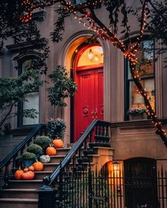 It feels like fall is finally in the air and residents of West Village are getting in the holiday spirits. Es fühlt sich an, als ob der Herbst endlich in der Luft liegt und die Bewohner von West Village in Urlaubsstimmung kommen. Photographie New York, Magic Garden, Joe Thomas, Fröhliches Halloween, Halloween New York, Autumn In New York, Nyc Fall, Nyc In The Fall, Fall City