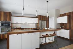 Cette cuisine met en vedette du merisier teint et de la mélamine dont l'imitation de bois en frime plus d'un Bar, Kitchen Layout Plans, Home Decor Styles, Kitchen Decor, Kitchen Ideas, Decoration, House Design, Rustic, Inspiration