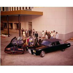 Batman/The Green Hornet Crossover Episode: 'A Piece of the Action/Batman's Satisfaction' - Airdates: March 1 & 1966 Photo: Burt Ward, Adam West, Van Williams, and Bruce Lee with cars 'Batmobile' and 'Black Beauty' (ABC Television) Batman Y Robin, Batman 1966, I Am Batman, Batman Batmobile, Mejores Series Tv, Crossover Episodes, Batman Tv Series, Green Hornet, The Lone Ranger