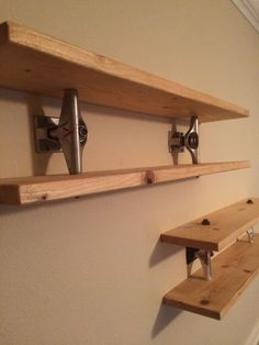 Turn old skateboard parts into shelves. Turn old skateboard parts into shelves. Skateboard Decor, Skateboard Shelves, Skateboard Furniture, Skateboard Parts, Skateboard Tattoo, Cool Furniture, Furniture Design, Appartement Design, Regal Design