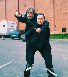 Daisy Ridley may be the birthday girl, but her Jedi training waits for nothing. To commemorate the actress turning her Star Wars: Episode VIII costar Mark Hamill posted a photo of the pair channeling Luke Skywalker and Yoda. Star Wars Meme, Star Wars Bb8, Star Wars Cast, Mark Hamill, Mtv Movie Awards, Liam Hemsworth, Millennium Falcon, Disney Star Wars, Anakin Dark Vador