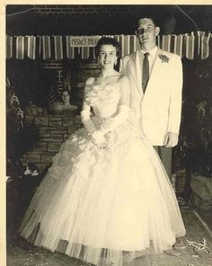 Who doesn't remember his or her senior prom? OK, for many of us, those prom memories are a bit fuzzy. But, then, we have all those old prom photos. Vintage Prom, Vintage Glamour, Vintage Stuff, Couple Photography Poses, Friend Photography, Maternity Photography, Children Photography, 1950s Prom, 60s And 70s Fashion
