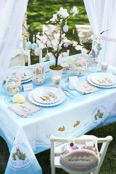 Wow your guests this Easter. We have gathered many Easter table decorations, as well as some awesome DIYs to help you decorate your home this Easter. Easter Table Settings, Easter Table Decorations, Basket Decoration, Easter Decor, Easter Ideas, Easter Brunch, Easter Party, Hoppy Easter, Easter Eggs