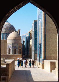 De necropolis Shah-i-Zinda in Samarkand, Uzbekistan. Hier bevinden zich mausolea uit de 9e tot de 19e eeuw.