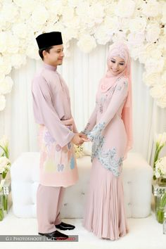 Hijab and abaya is the Muslim women attire that covers him. The trend of hijab and abaya is increase Hijabi Wedding, Muslimah Wedding Dress, Muslim Wedding Dresses, Muslim Brides, Muslim Dress, Muslim Couples, Dress Muslimah, Bridal Hijab, Hijab Bride