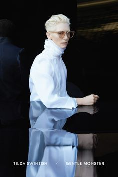 Gentle Monster 近日釋出相關形象廣告,Tilda Swinton 梳著她招牌的白金短髮,配戴上此次聯名系列的墨鏡,在純色系的服裝與漆黑背景對比之下,完美襯托其設計之新潮、色系之搶眼....