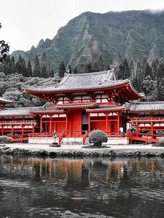 The Byodo-In Temple on Oahu Japanese Temple, Japanese House, Aesthetic Japan, Japanese Aesthetic, Oahu, Travel Around The World, Around The Worlds, Japanese Architecture, Gothic Architecture