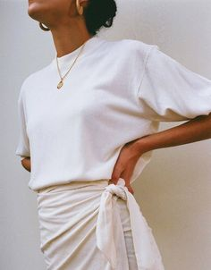 all white outfit wrap skirt and classic tshirt fresh summer look Inspiration Basic Fashion, Look Fashion, Fashion Beauty, Fashion Outfits, Fashion Trends, Woman Outfits, 20s Fashion, French Fashion, Fashion Styles