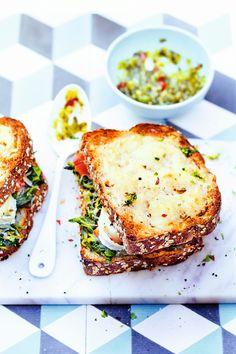 Pour changer de l'habituel croque monsieur jambon fromage, voici une recette végétarienne de Croque-monsieur au chèvre, pesto et épinard !